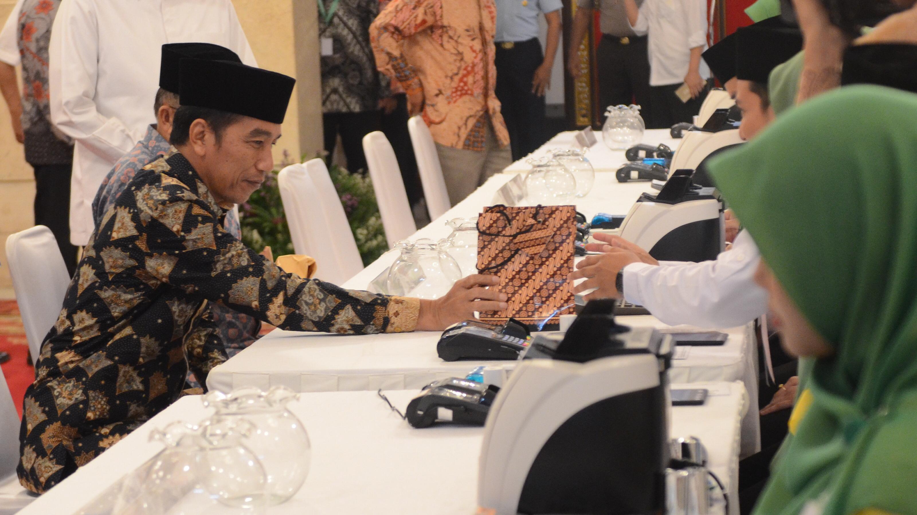 Presiden Jokowi dan Para Pejabat Negara Ramai-Ramai Bayar Zakat Lewat BAZNAS di Istana