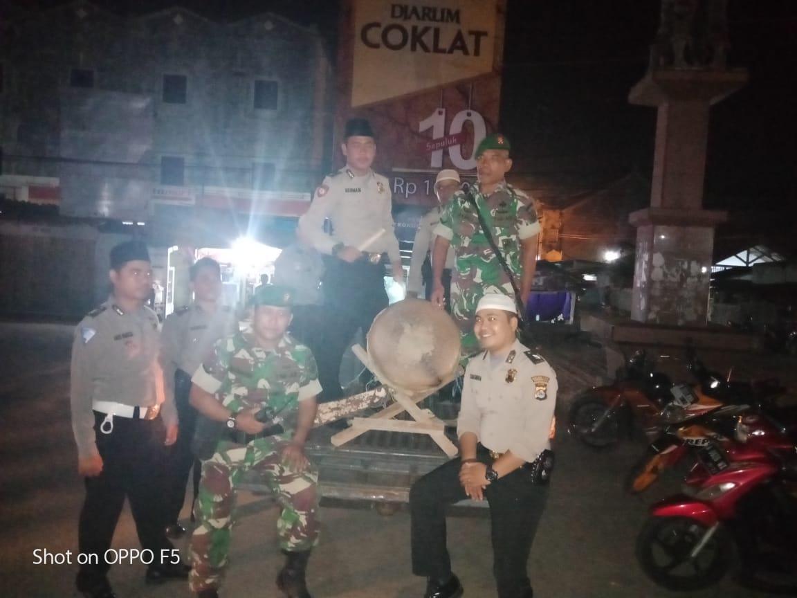 TNI dan Polri Bangunkan Warga Sahur