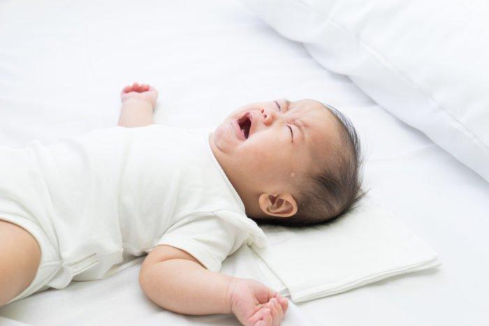 membiarkan bayi menangis agar tertidur