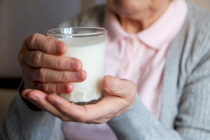 perlukah lansia minum susu