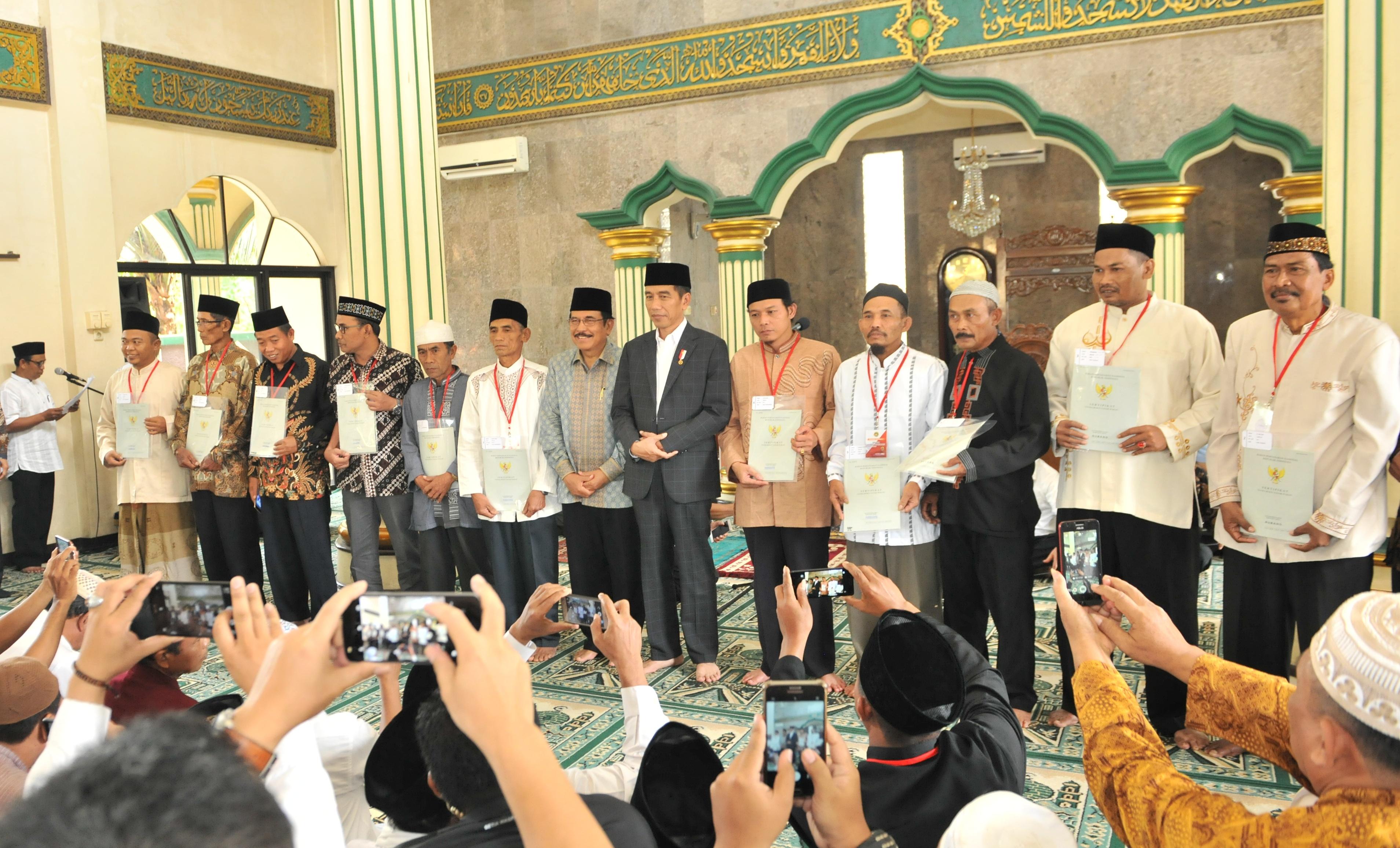 Hindari Sengketa, Presiden Jokowi Akan Terus Bagikan Sertifikat Tanah Wakaf