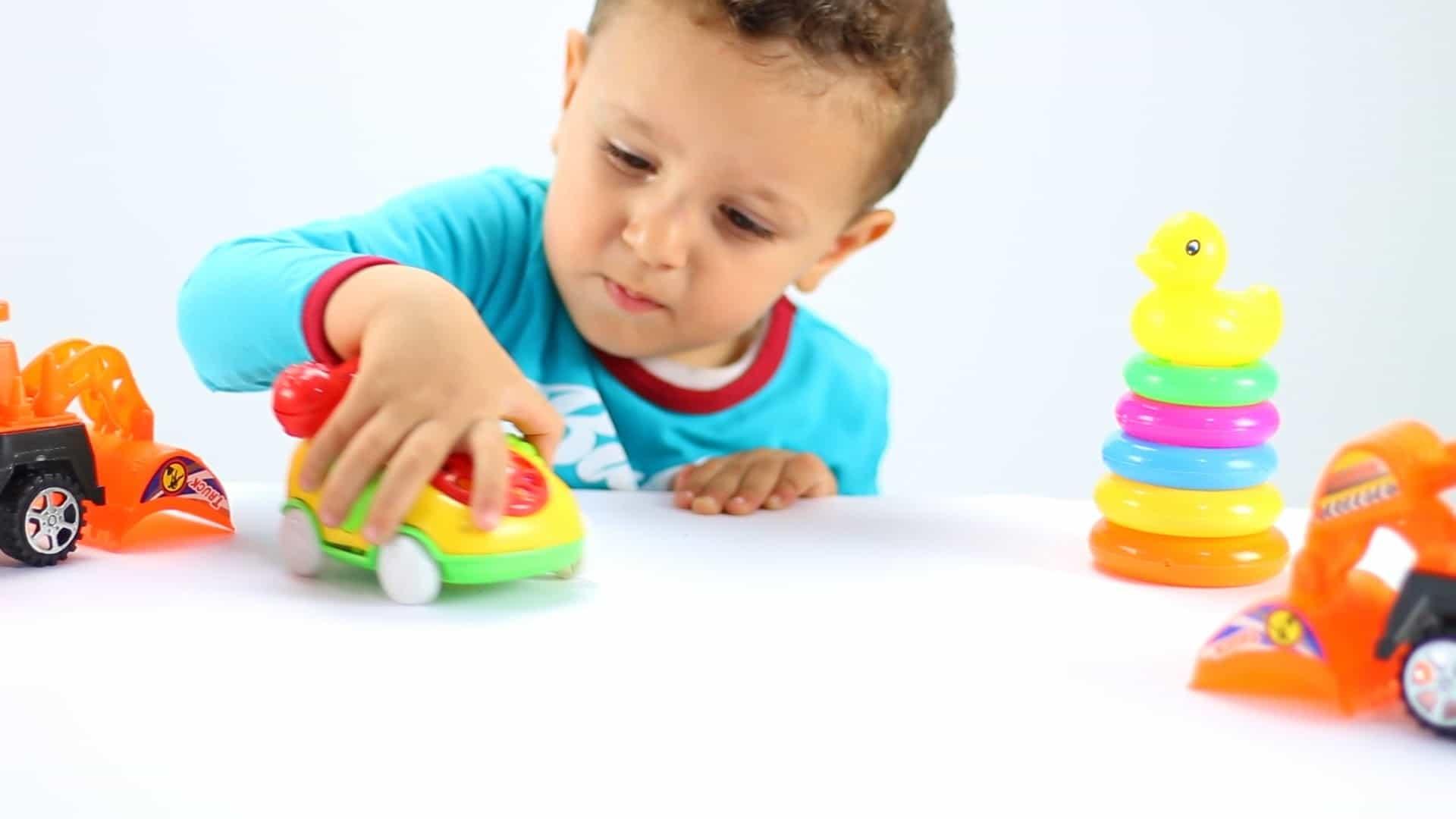 memilih mainan anak