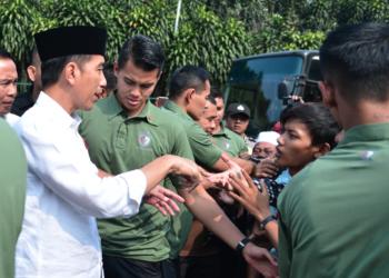 Saat Para Wartawan Berikan Kejutan Pada Ulang Tahun Presiden Jokowi