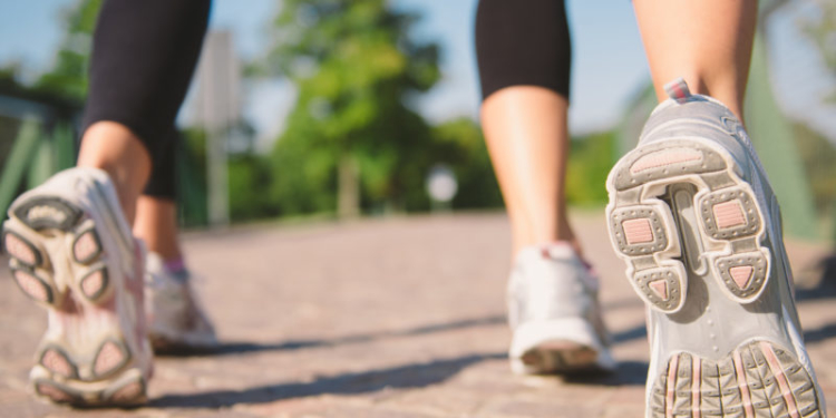 Jalan Maju Sudah Biasa! Yuk, Coba Jalan Mundur Demi 4 Manfaat Sehat Ini