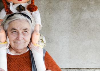 Main Boneka di Usia Lanjut Ternyata Bisa Bantu Atasi Penyakit Pikun
