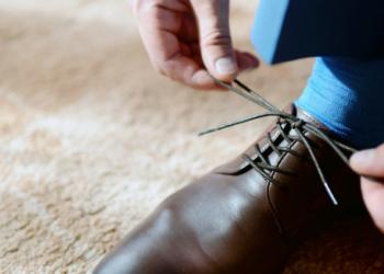 Tak Cuma Bikin Kotor, Ini Bahaya Pakai Sepatu Dalam Ruangan Bagi Kesehatan