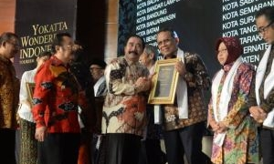 Walikota Tangsel Raih Penghargaan Yokatta Wonderful Indonesia Tourism Awards 2018