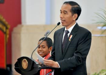 Presiden Jokowi Hadiahi Joni, Si Pemanjat Tiang Bendera, Rumah, Sepeda, dan Jadi Tentara