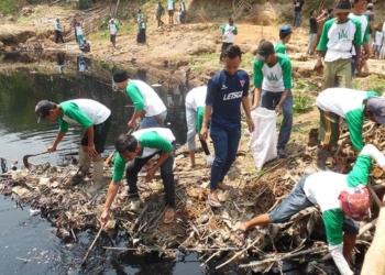 Prihatin Limbah Pabrik, Warga Bersihkan Sungai Cidurian