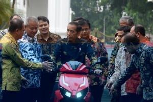 Akan Beli 100, Presiden Jokowi Jajal Motor Listrik Nasional Gesits