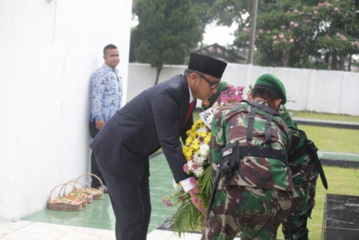 Pelaksanaan Ziarah Di TMP Pandeglang Khidmat Meski Dalam Guyuran Hujan
