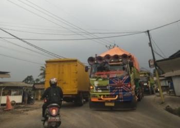 Truk Bikin Rusak Jalan, Warga Legok dan Pagedangan Ngadu ke DPRD Banten