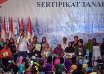 Di Tengah Hujan, Presiden Jokowi Serahkan 6.000 Sertifikat Tanah di Garut