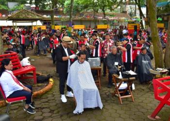 Didampingi Ibu Iriana, Presiden Jokowi Ikuti Cukur Massal di Garut
