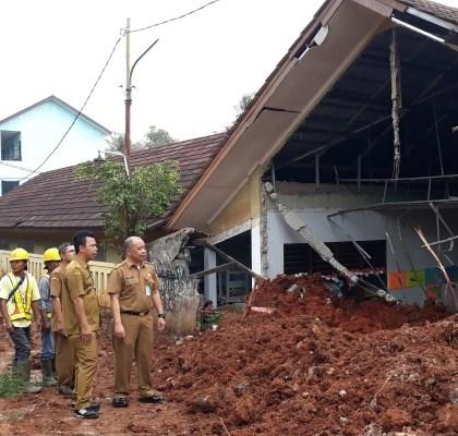 Truk Proyek Tol Serpong-Cinere Tergelincir Hantam Gedung Sekolah di Pamulang