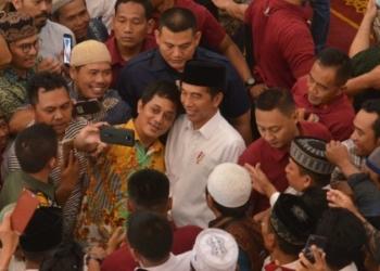 Di Masjid Raya Bani Umar Tangsel, Presiden Jokowi Serahkan 351 Sertifikat Wakaf