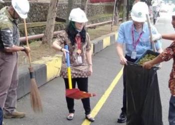 Peringati HPSN, Pimpinan PT Indah Kiat Pulp and Paper Tangerang Bersih-bersih