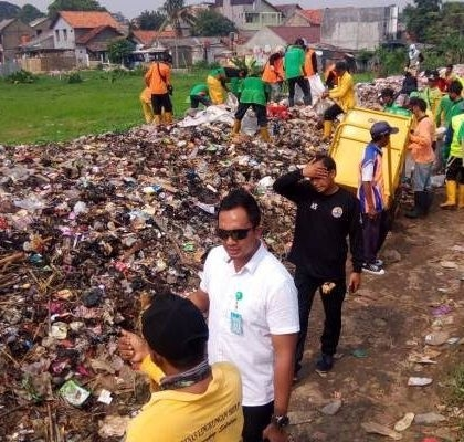 Angkut Gunungan Sampah di Pinggir Rel Kereta Api Sudimara, DLH Tangsel Terjunkan 70 Personel
