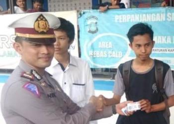 HUT Bhayangkara ke-73, Polres Tangsel Bagikan Helm Kepada Pemohon SIM