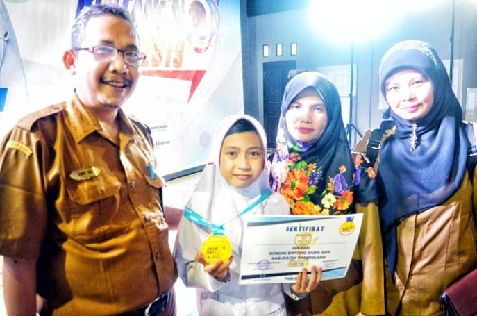 Bintang Sains Kecamatan Cikedal: Persembahkan Medali untuk Ibu