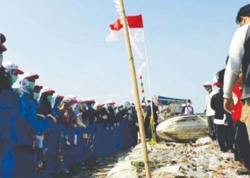 Rayakan HUT RI Dengan Bersih-Bersih Pantai