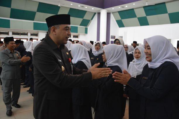 Bupati Tangerang Zaki Iskandar melantik puluhan kepala SDN dan SMPN.