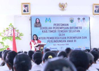 Menteri Pemberdayaan Perempuan dan Perlindungan Anak (PPPA), Bintang Puspayoga saat meresmikan Sekolah Perempuan Bifemeto di Kabupaten Timor Tengah Selatan, Provinsi Nusa Tenggara Timur. (Ist)