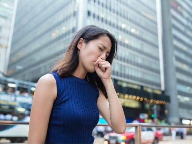 Perempuan batuk karena virus