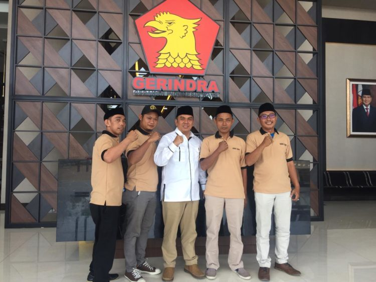 Abi Mus (tengah) bersama tim mengambil formulir di Kantor Gerindra Banten. (RAY)