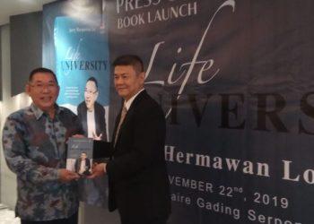 Jerry Hermawan Lo (kiri) dan Penulis buku Life University, Steven Beteng. (RAY