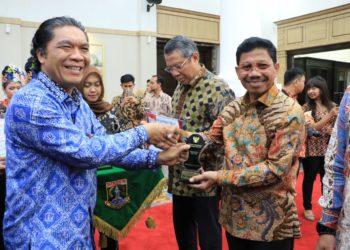 Wakil Walikota Tangerang Sachrudin (kanan) menerima penghargaan dar KI Banten. (Ist)