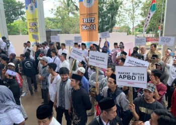 Unjuk rasa di DPRD Kota Tangsel. (PHD)