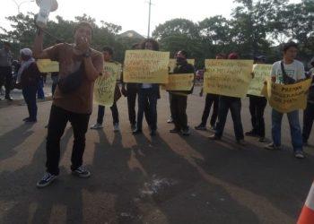 Aksi solidaritas wartawan di Mapolres Tangsel. (RAY)