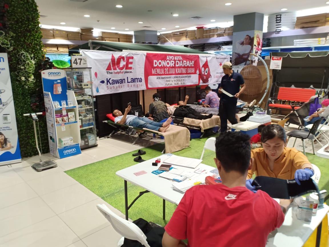Donor darah di Ace Hardware Living Plaza Bintaro. (ist)