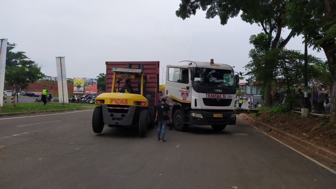 Evakuasi truk kontainer yang terguling. (PHD)
