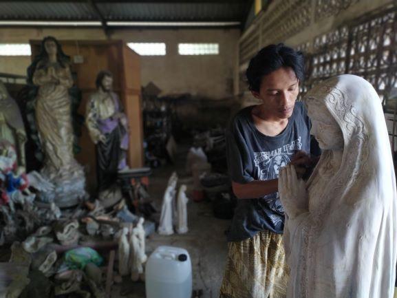 Pembuatan patung rohani di Serpong. (PHD)