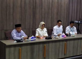 Walikota Tangsel Airin Rachmi Diany diapit Asda I Rahmat Salam (kiri) dan Plt Kadiskominfo Fuad memberikan keterangan pers. (PHD)