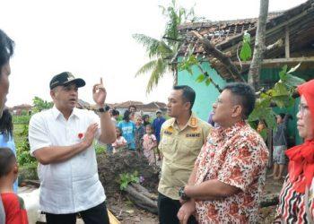 Bupati Tangerang Zaki Iskandar tinjau lokasi terdampak puting beliung. (KEY)