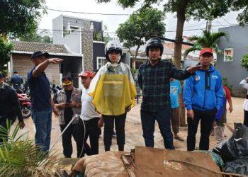 Walikota Tangsel Airin Rachmi Diany didampingi Kepala DPU Aries Kurniawan memantau wilayah terdampak banjir. (Ist)
