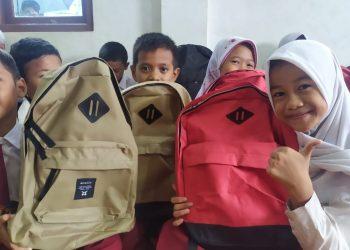 Bantuan tas sekolah di Ciputat. (PHD)