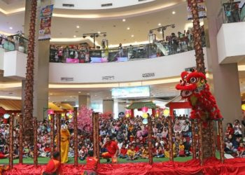 Penampilan atraksi barongsai di Tangcity Mall. (Ist)