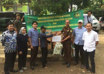 Penyerahan bantuan korban banjir dari Kejari Tangsel. (IST)