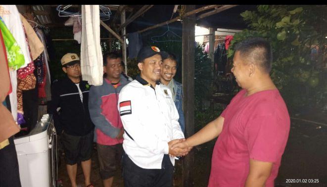 Ketua DPW PKS Banten, Sanuji Pentamarta (kemeja putih) saat di posko banjir. (IST)