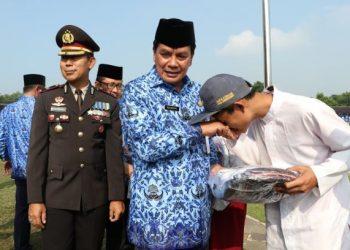 Sekda Kabupaten Tangerang Rudi Maesyal memberikan bantuan ke siswa korban banjir. (RAY)