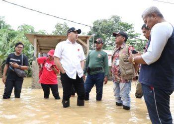 Bupati Tangerang Zaki Iskandar tinjau banjir di Cisoka dan Solear. (RAY)