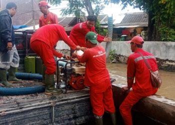 Penanganan banjir DPU Tangsel. (RAY)