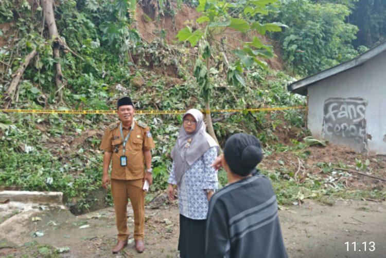 Sekretaris Komisi II DPRD Paramitha Messayu saat meninjau lokasi longsor. (Ist)