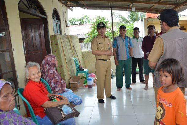 Wakil Bupati Tangerang Mad Romli saat mengunjungi korban banjir di Rajeg. (Ist)