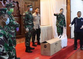 Penyerahan bantuan APD dari Pangdam Jaya. (PHD)