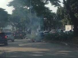 Kepulan asap dari sepeda motor terbakar di BSD, Sserpong, Tangsel. (RAY)